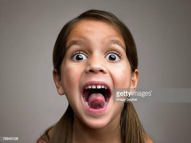 Mädchen Zunge herausstrecken