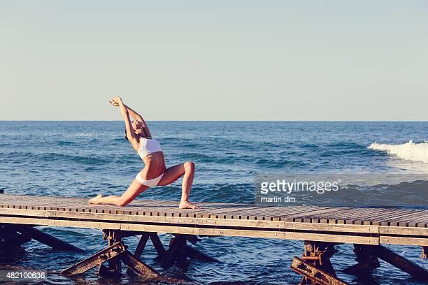 Girl ストレッチの桟橋