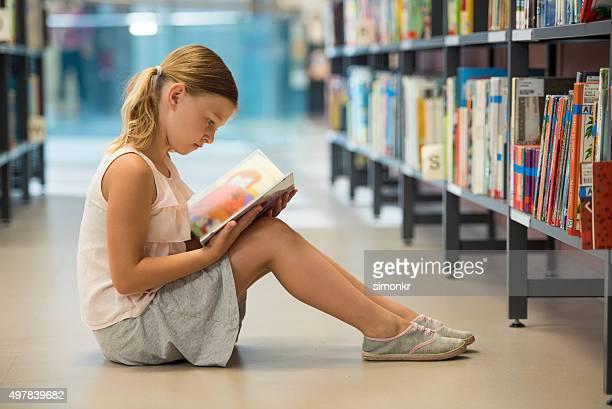 Rapariga estudar na biblioteca
