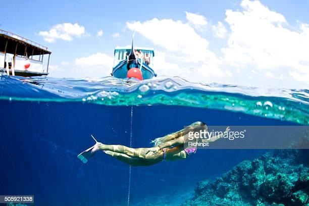 Fille nage sous la surface de l'océan