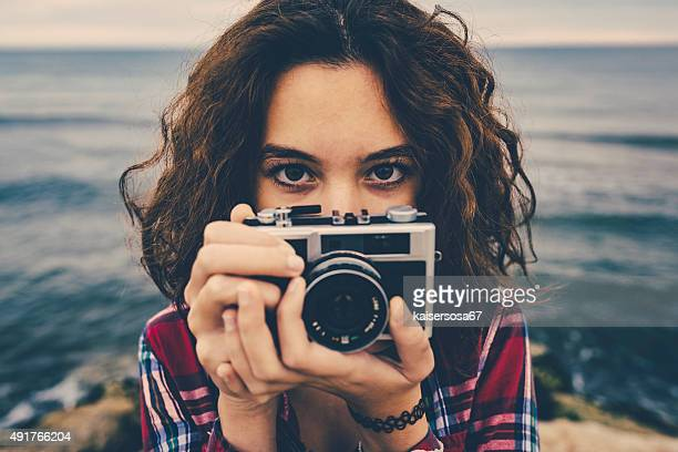 Filles de prendre une photo de mer avec une caméra de cinéma
