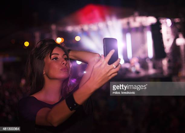 Filles prenant selfie au concert