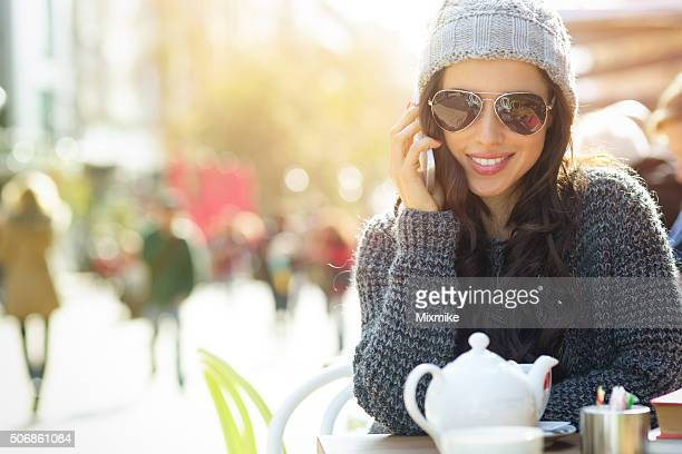 Mädchen reden auf Handy