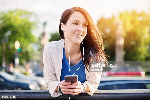 Girl SMS en smartphone en la calle