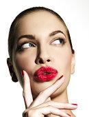 Mädchen Denken mit pursed Lippen