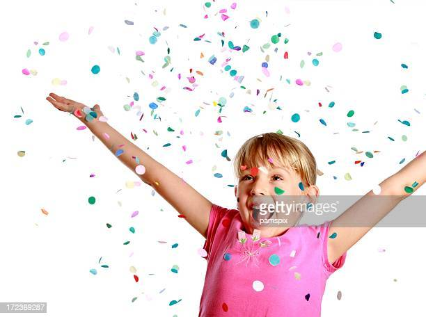 Mädchen werfen Konfetti auf weißem Hintergrund