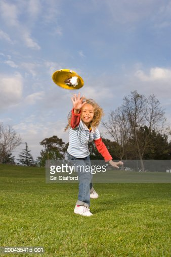 Girl (4-6) throwing paper plate with cake : Stock Photo