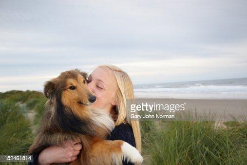 girl ( 14-16) training dog on beach : Stockfoto