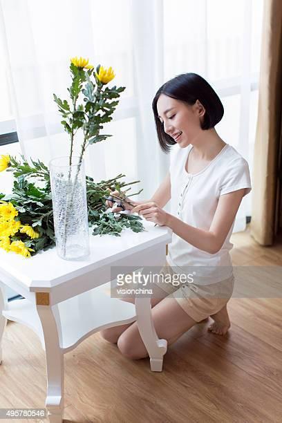 Fille bordure de fleurs