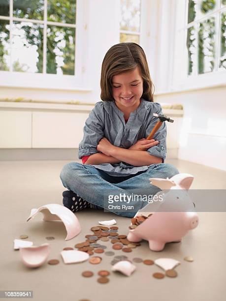 Mädchen mit einem hammer zu brechen, Sparschwein