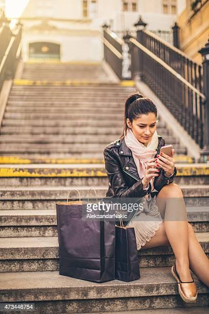Ragazza utilizzando uno smartphone all'aperto