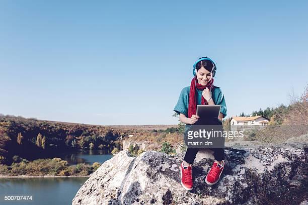 Mädchen mit tablet-pc in die Berge
