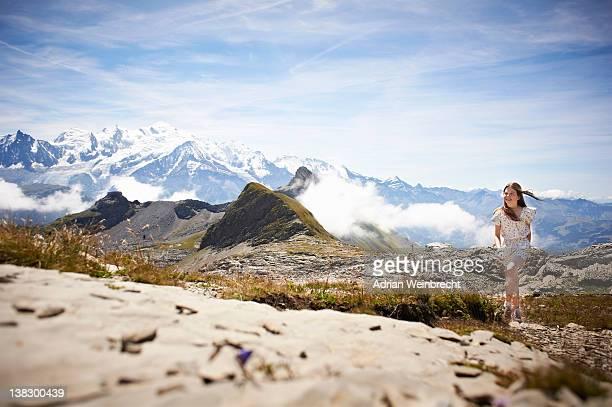 Fille marche dans le paysage rocheux