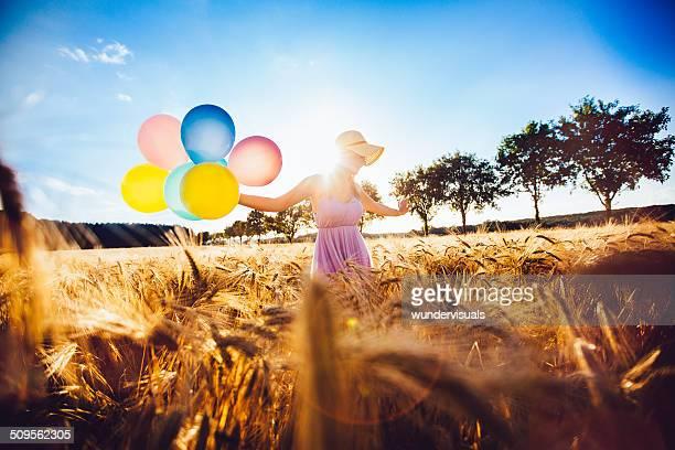 Mädchen zu Fuß in Wheat Field