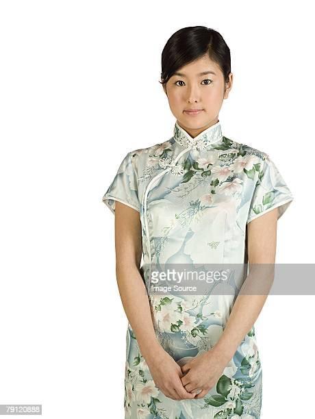 チャイナ服を着ている少女