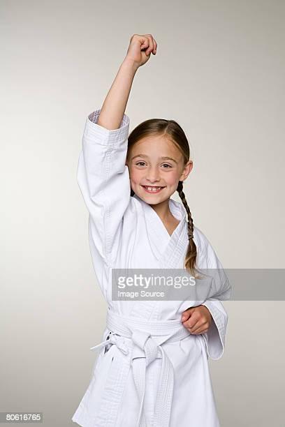 Una chica lleva un uniforme de karate