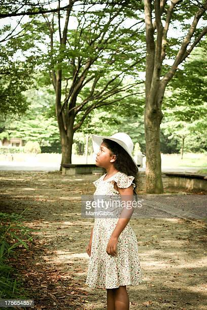 Girl wearing a white hat and look at the sky