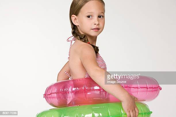 Une fille portant des anneaux gonflables