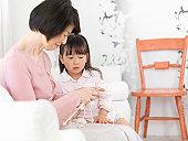 Girl who knits with grandma