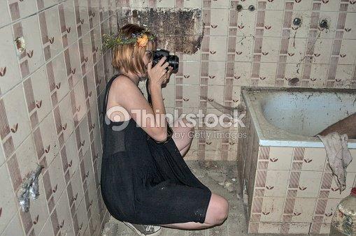 Mädchen Mit Einer Kamera Im Badezimmer Stock-Foto | Thinkstock