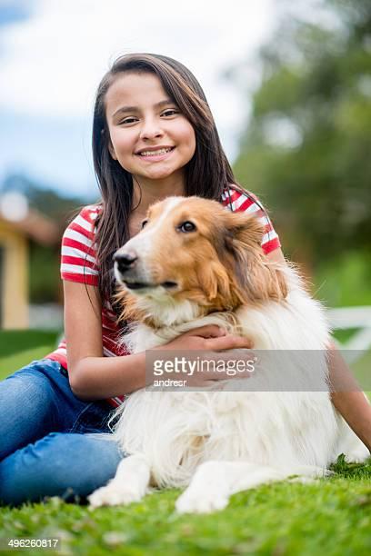 Chica con un cachorro