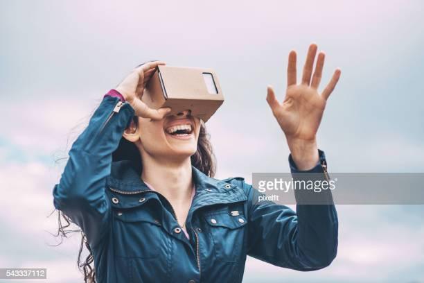 Menina com um Simulador Realidade virtual