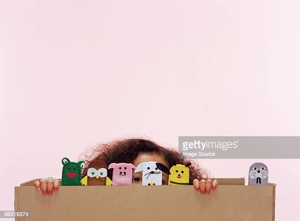 Menina com Dedo de animal puppets