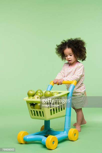 Fille avec des pommes dans les boutiques en tramway