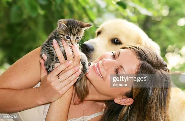 Ragazza con gatto e cane