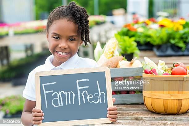 女の子、産地直送のサインのファーマーズマーケット