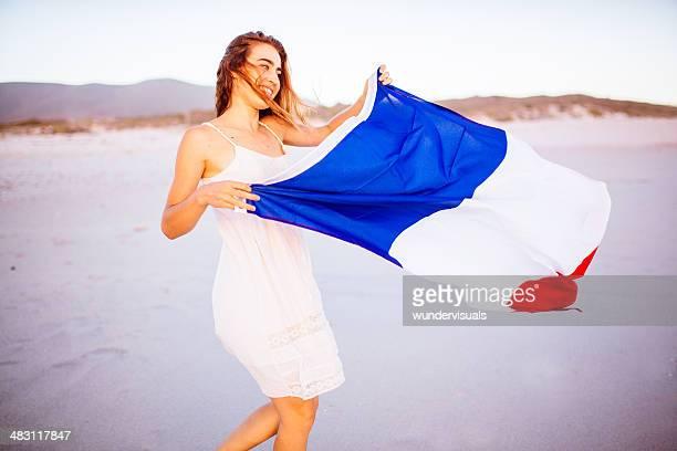 Mädchen mit französischer Flagge im wind