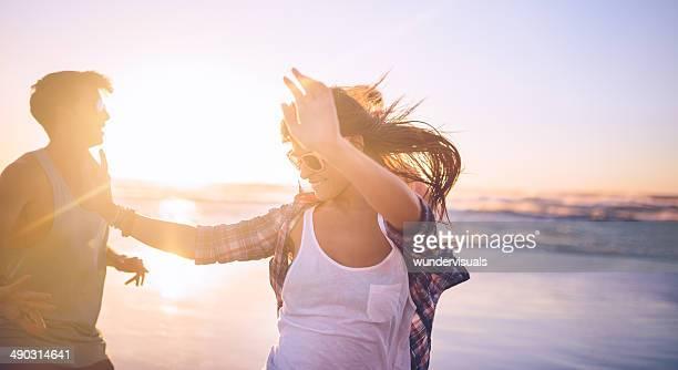Ragazza con gli amici in spiaggia tramonto