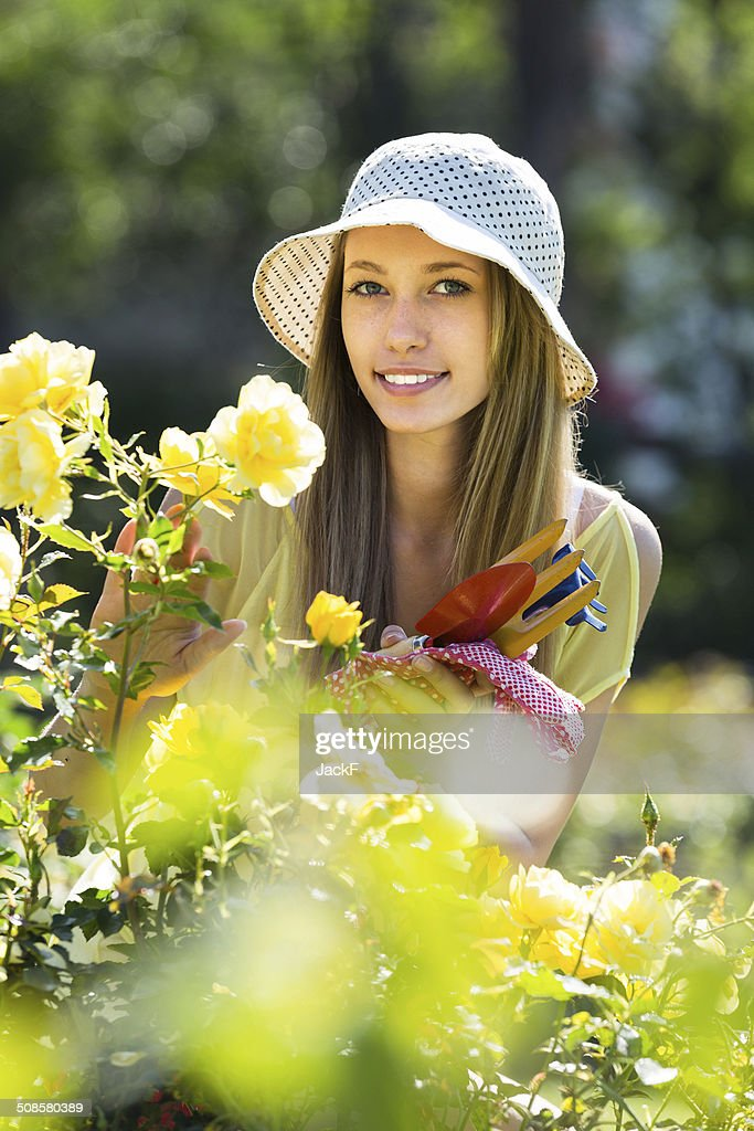 Girl with garden tools : Bildbanksbilder