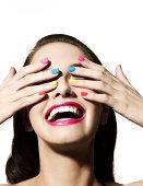 Mädchen mit Händen über ihre Augen rutscht
