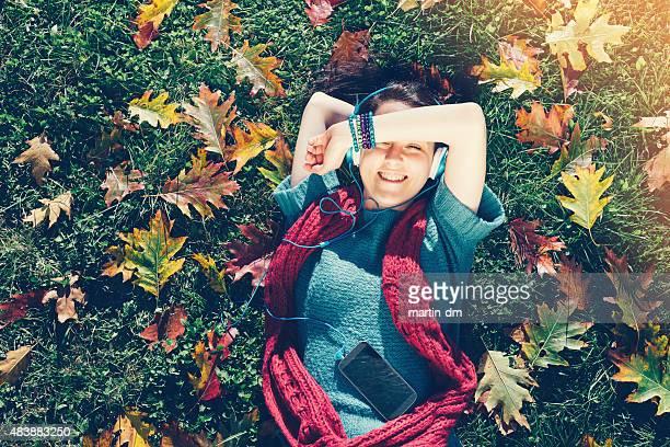 少女とヘッドフォンをご用意し、芝生