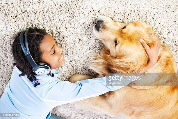 Fille avec son chien