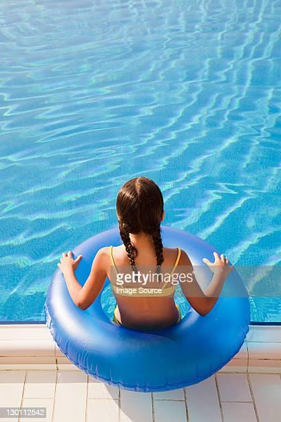 Fille avec Bouée gonflable au bord de la piscine
