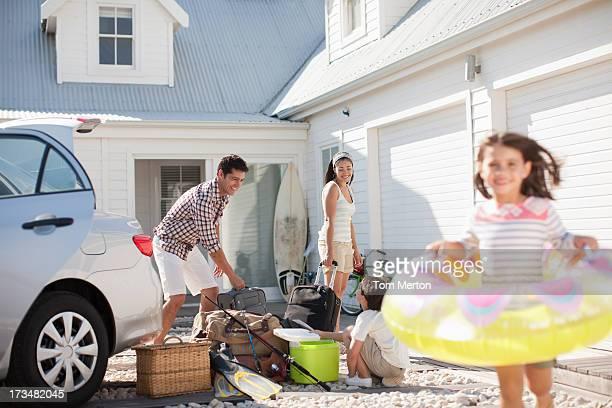 Menina com Boia correr na Entrada para Automóvel