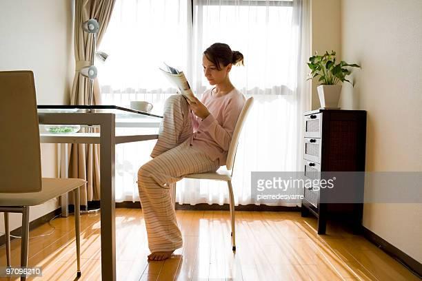 Mädchen mit magazine zum Frühstück