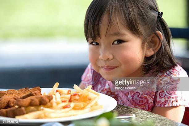 Fille avec repas