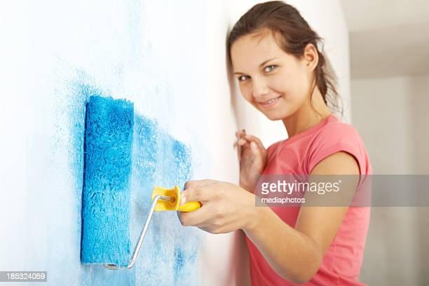 Mädchen mit paint roller
