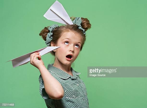 Fille avec les cheveux de son Avion en papier