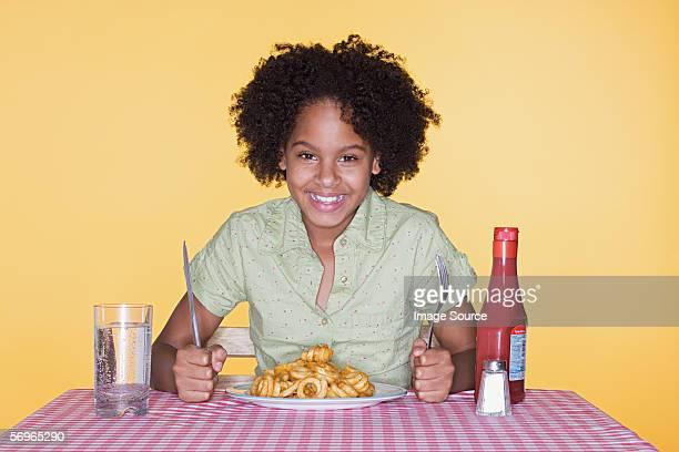 Femme avec une assiette de Frite ronde
