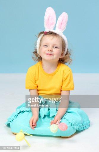 Menina com orelhas de coelho : Foto de stock