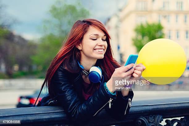 Femme avec smartphone dans la rue