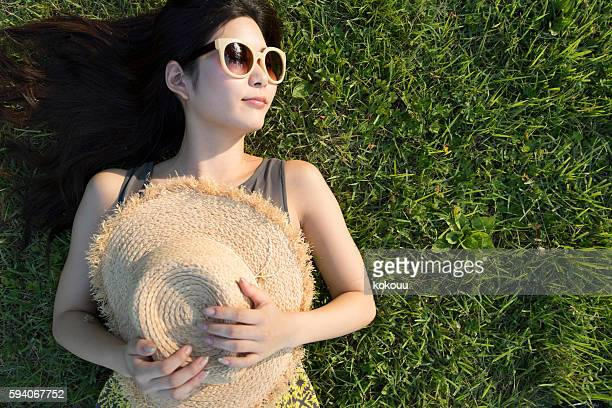 Girl with sunglasses to rest in a field.