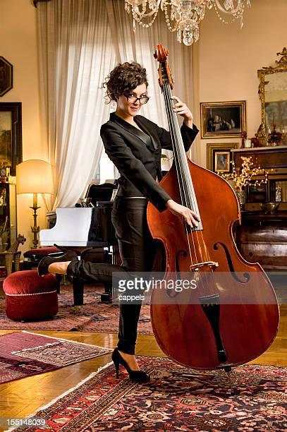 Mädchen mit der Bass.Color Bild