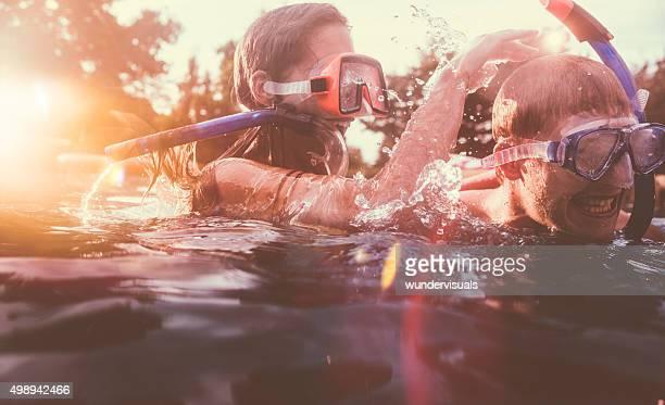Girlfriend spielerisch zu dunken boyfriend-in pool mit Schnorchel