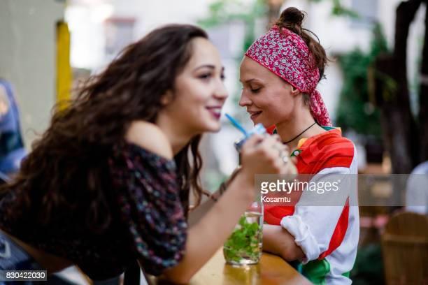 Copines, bénéficiant d'une journée ensoleillée au Bar