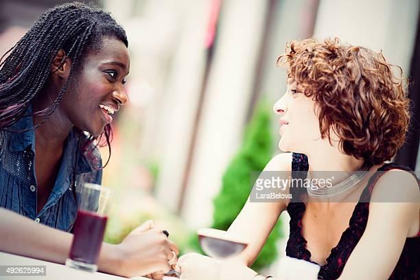 Amies de cocktails, appartenance ethnique profiter de temps ensemble de sid